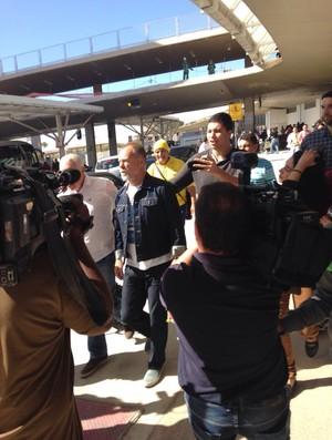 Mano Menezes foi cercado por vários torcedores no aeroporto de Confins (Foto: Laura Bernardes)