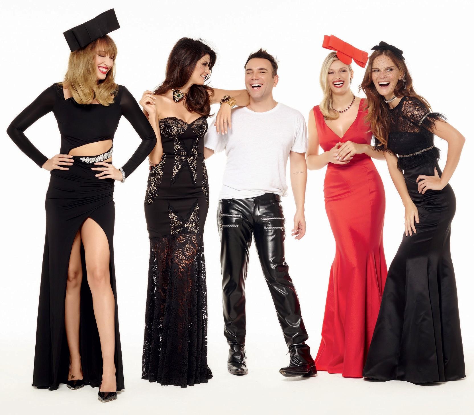 Rodeado de tops, Matheus Mazzafera mostra sua nova coleção de vestidos de festas