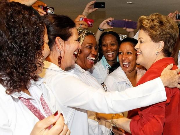 A presidente Dilma Rousseff cumprimenta médicos antes da sanção da lei que institui o Programa Mais Médicos, em cerimônia no Palácio do Planalto, em Brasília. (Foto: Roberto Stuckert Filho/PR)