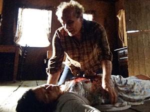 Laudelino se desespera ao encontrar Angélica no chão (Foto: Amor Eterno Amor/TV Globo)
