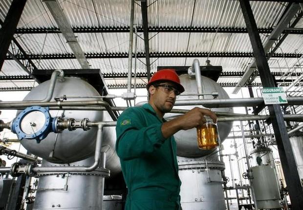 Trabalhador exibe amostra de biodiesel em refinaria na Bahia, Brasil - biodiesel - energia  (Foto: Jamil Bittar/Reuters )