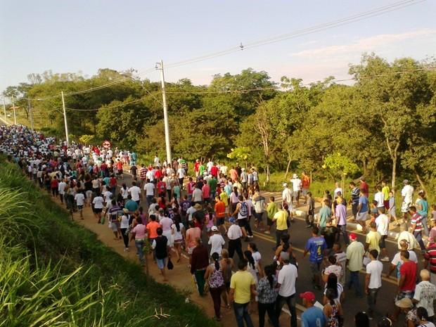 Procissão seguiu do Santo Expedito para o São Geraldo II (Foto: Michelly Oda / G1)