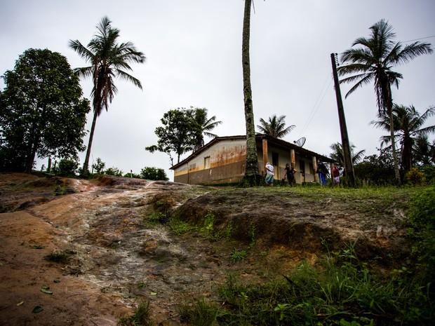 Acesso à Escola Municiapl Alfredo Soares é precário e não há acessibilidade (Foto: Jonathan Lins/G1)