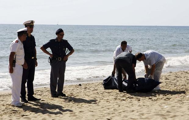 Polícia italiana recupera corpo de imigrante morto em naufrágio na costa da Sicília neste sábado (10) (Foto: Antonio Parrinello/Reuters)