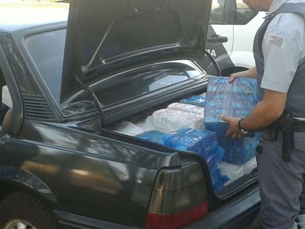 Isqueiros sem documentação fiscal eram transportados em carro (Foto: Polícia Rodoviária/Cedida)