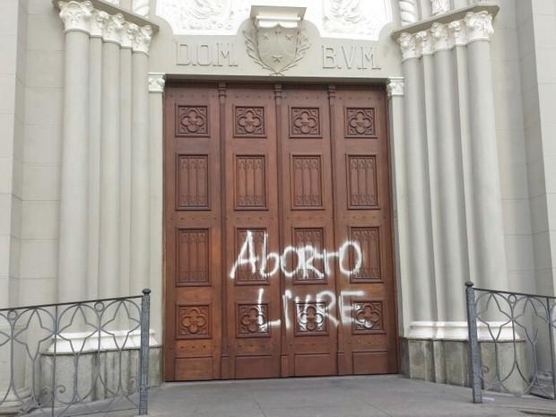 Igreja teve porta pichada durante a madrugada (Foto: Renata Victal/ G1)