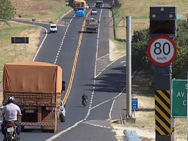 12 novos radares foram instalados ao logo da rodovia (Foto: Reprodução / TV TEM)