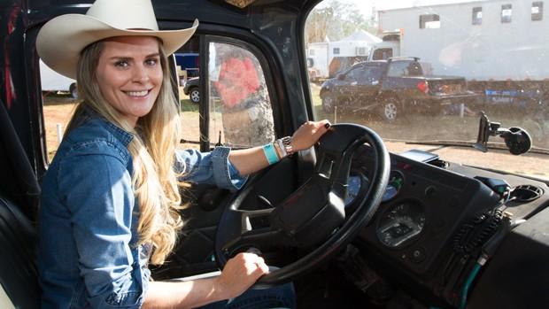 Fatiana Ferreira dirige o próprio caminhão nas competições (Foto: Alfredo Risk)