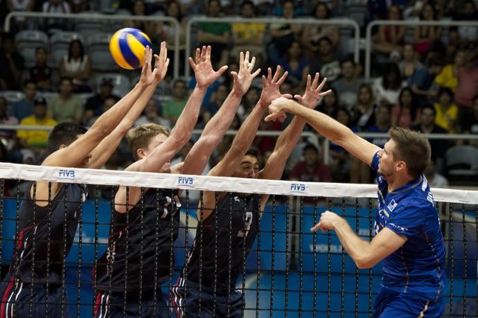 França x EUA - Liga Mundial de vôlei (Foto: AFP)