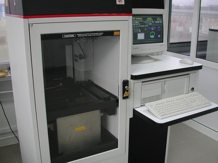 3D System SLA-250 foi o primeiro modelo de impressora 3D a ser disponibilizado (Reprodução/Politechnika Rzeszowska)