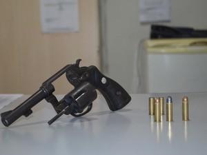 Arma utilizada na tentativa de homicídio foi apreendida pela polícia. (Foto: Aline Lopes/G1)