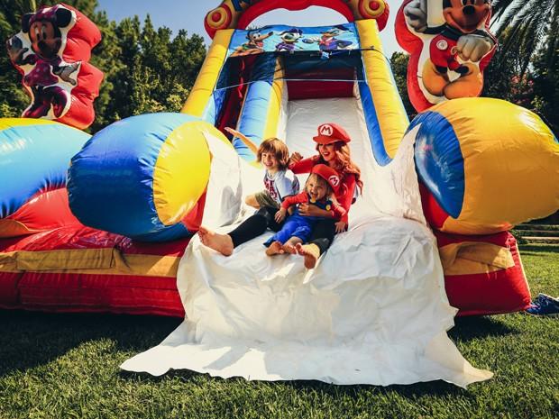 Christina Aguilera com os filhos, Summer e Max (Foto: Christopher Polk/Getty Images)