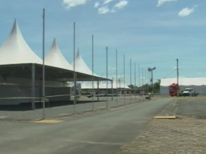 Estandes são montados para a Expovale (Foto: Reprodução/TV Tribuna)
