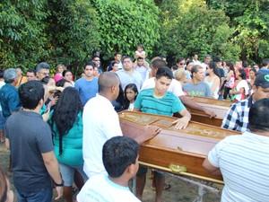 Centenas de familiares e amigos compareceram ao enterro (Foto: Romulo de Sousa/G1 AM)