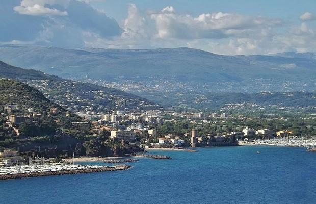 Vista aérea da comuna francesa Mandelieu-la-Napoule (Foto: Florian Pépellin/ Wikimedia Commons)