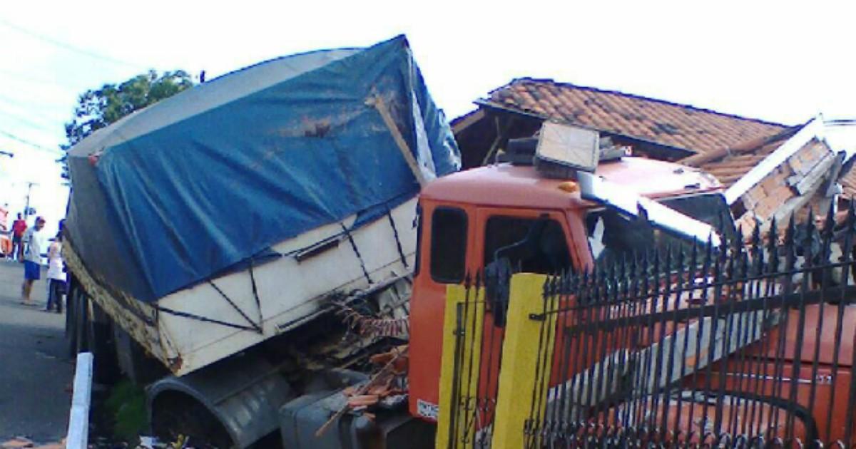 Caminhão desgovernado atinge três casas em Carambeí, no Paraná - Globo.com