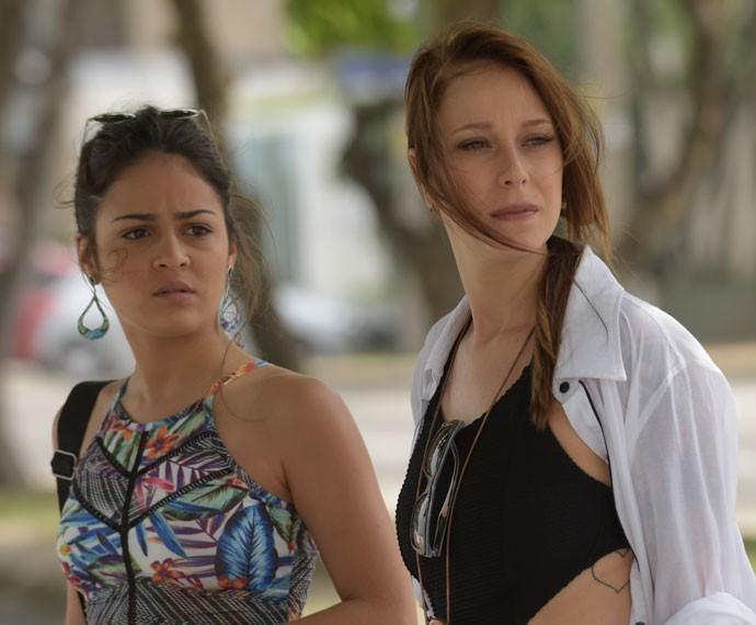 Bruna e Ximena procuram pela consultora da Pilartex (Foto: Raphael Dias/Gshow)