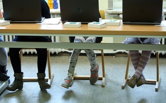 Nas escolas públicas, antes de desenvolver novas práticas de ensino, ainda há o desafio de aumentar o número de computadores por aluno (Foto: Adam Berry/Getty Images)
