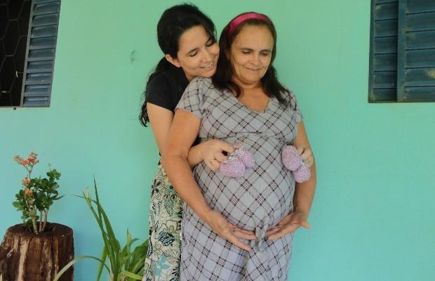 Mãe de 51 anos empresta barriga para filha ter gêmeas, em Santa Helena, Goiás (Foto: Fernanda Medeiros/Arquivo Pessoal)