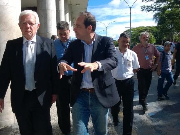 O ministro Moreira Franco ouve as explicações do secretário Carlos Roberto Osório sobre as alterações no entorno do aeroporto (Foto: Lilian Quaino/G1)
