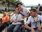 Fiuk faz a festa com fãs cadeirantes durante o Teleton, em São Paulo