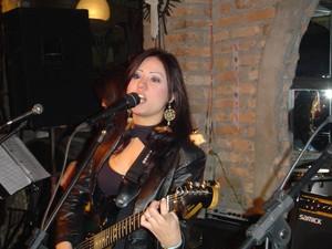Sandra Honda solta a voz e toca guitarra (Foto: Arquivo Pessoal)