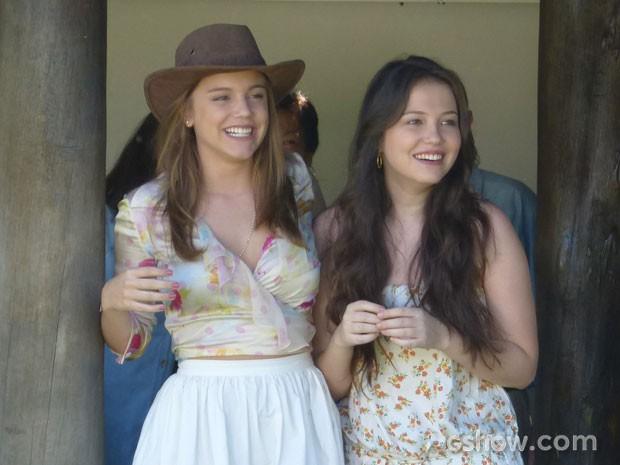 Alice e Duda também estavam bem animadas durante a cena (Foto: Em Família/TV Globo)