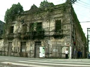O teatro Guarany ficou abandonado por mais de 20 anos, após quase ter sido compeltamente destruído em um incêndio. Teatro  (Foto: Foto: Reprodução / TV Tribuna)