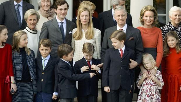 Príncipe belga Amedeo e sua noiva Elisabetta Rosboch von Wolkenstein posam na foto com integrantes de suas famílias, incluindo o rei belga Philippe (terceiro à direta na segunda fileira) e a rainha Mathilde (segunda à direita na segunda fileira) durante cerimônia de noivado em Bruxelas (Foto: Frederic Sierakowski/Pool/Reuters)