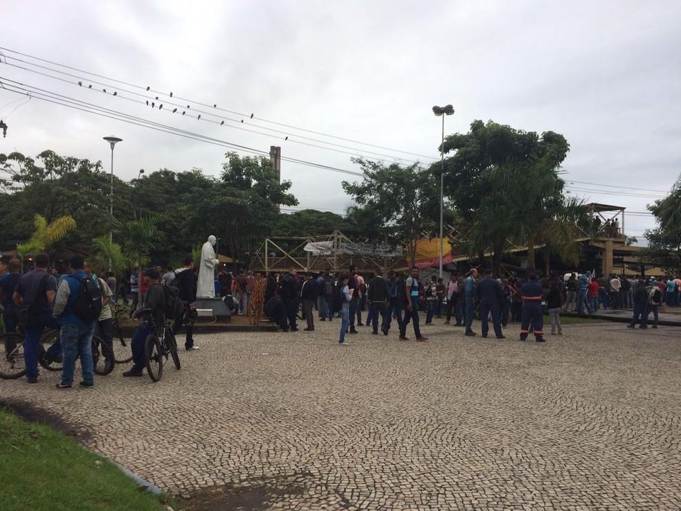 Manifestantes ocupam Praça Prefeito Juarez Antunes, na Vila Santa Cecília, em Volta Redonda (Foto: TV Rio Sul/Cristiane Mendes)
