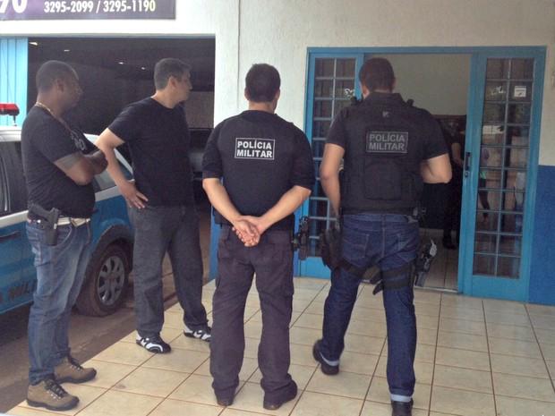 03/12/2015 08h25 - Atualizado em 03/12/2015 08h26 PMs são alvos de operação contra tráfico internacional de armas em MS (Foto: Nadyenka Castro/ TV Morena)