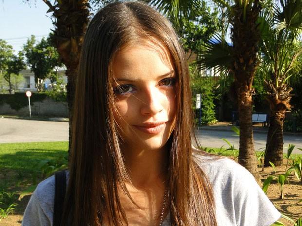 A maquiagem de Ju também está super diferente: a garota está apostando em tons mais escuros (Foto: Malhação / Tv Globo)
