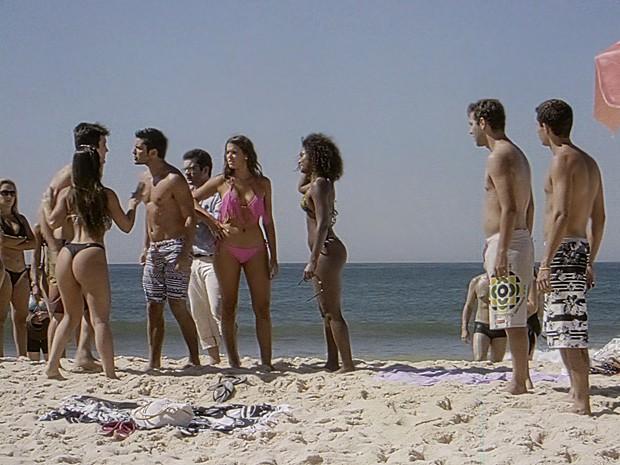 O casal fica com medo de ser acusado de racismo e vai embora (Foto: Em Família / TV Globo)