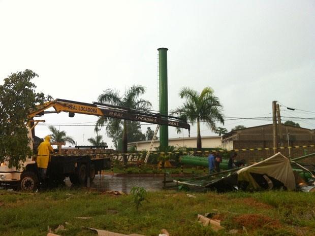 Caminhões trabalham na retirada de placa que caiu sobre rede de alta tensão na Cidade do Automóvel, no Distrito Federal (Foto: Káthia Mello/G1)