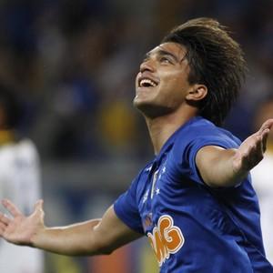 Marcelo Moreno, atacante do Cruzeiro, comemora gol sobre o Criciúma (Foto: Gualter Naves / Light Press)