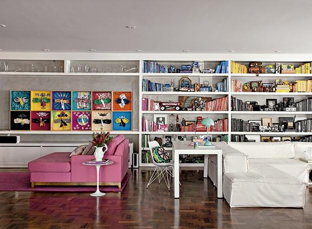 Decoração branca e toques de cor no apartamento que virou galeria