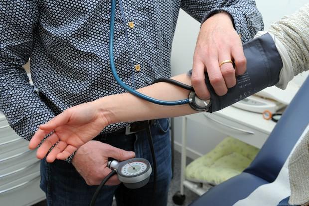 Médico clínico geral checa a pressão de um paciente em Quimper, na França  (Foto: AFP Photo/Fred Tanneau)