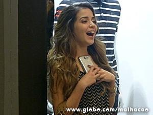 Flaviana conta tudo para Sofia pelo celular (Foto: Malhação / TV Globo)
