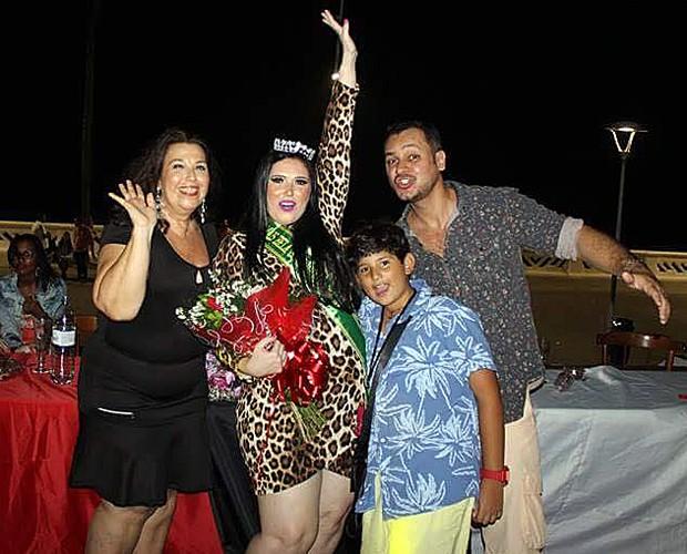 Com faixa de 'A Mais Bela Gordinha da Bahia', Rebecca comemora título com a família (Foto: Arquivo Pessoal)