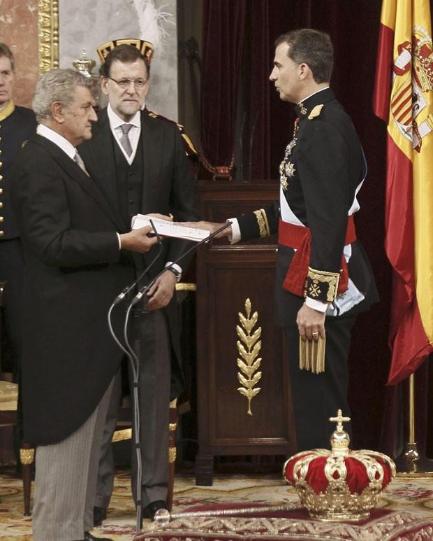 O novo rei da Espanha, Felipe VI, faz juramento na presença do presidente do Parlamento, Jesus Posada, e do primeiro-ministro espanhol, Mariano Rajoy (Foto: Paco Campos/Reuters)