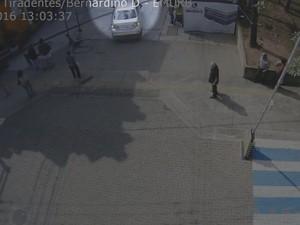 Momento em que o idoso é atropelado no Calçadão (Foto: Reprodução / Emurb)
