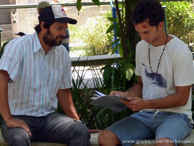 Ben acha a situação toda muito esquisita e alerta o pai (Foto: Malhação / TV Globo)