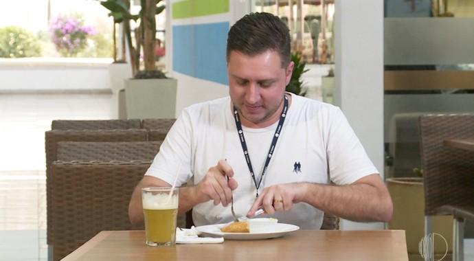 O cinegrafista do Mais Diário aceitou o desafio de comer um pastel com 900gr de recheio  (Foto: Reprodução / TV Diário )