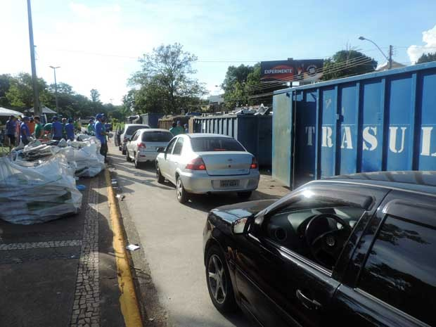 Carros fizeram fila para entregar os materiais (Foto: Ynaiê Botelho/ G1)