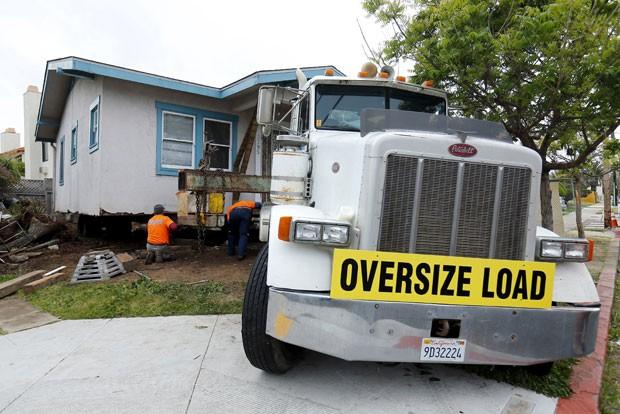 Proprietários usaram caminhão para mudar a casa de 800 m² para outro local (Foto: Mike Blake/Reuters)
