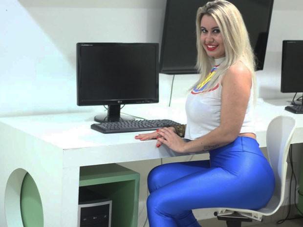 Catia Carvalho posa ao lado de computador (Foto: Divulgação/Arquivo pessoal)