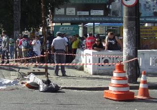 Ciclista caiu após trombar com um caminhão na Avenida Afonso Pena, em Santos. (Foto: Roberto Strauss/Arquivo pessoal)