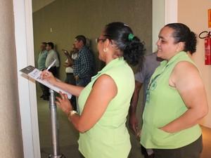 funcionárias do IDTNP lamentam morte de Fernando Correia Lima. (Foto: Gilcilene Araújo/G1)