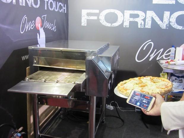 Forno touch, que é controlado por meio de um aplicativo no celular; preço é de R$ 19,9 mil (Foto: Marta Cavallini/G1)