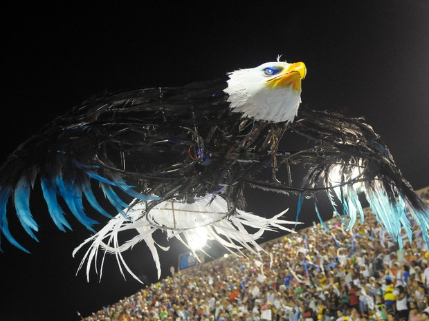 Portela mostra na concentração as águias-drone que aparecem no desfile (Foto: Alexandre Durão/G1)